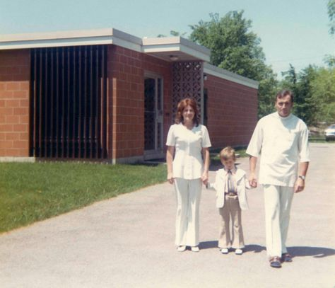 73 - Burlington · Eva, Gabriel & Vaclav (Aldershot Animal Hospital driveway)