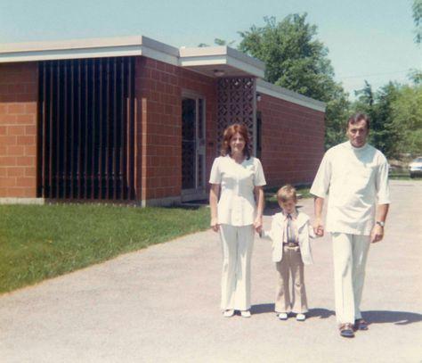 73 - Burlington · Eva, Gabriel & Vaclav (Aldershot Animal Hospital driveway)